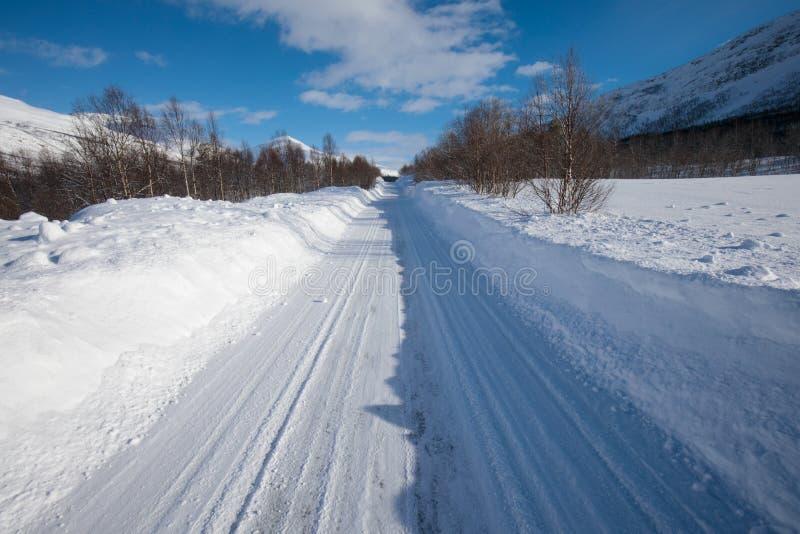 Ny snö på det Troms länet efter en kort vinter i Maj Ett härligt frostigt landskap i vintervinterlandskap i Norge royaltyfri fotografi