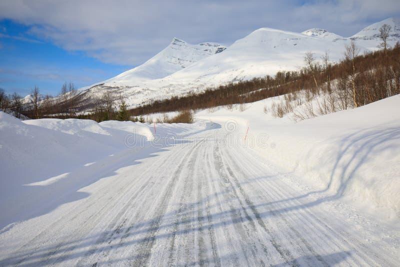 Ny snö på det Troms länet efter en kort vinter i Maj Ett härligt frostigt landskap i vintervinterlandskap i Norge arkivfoton