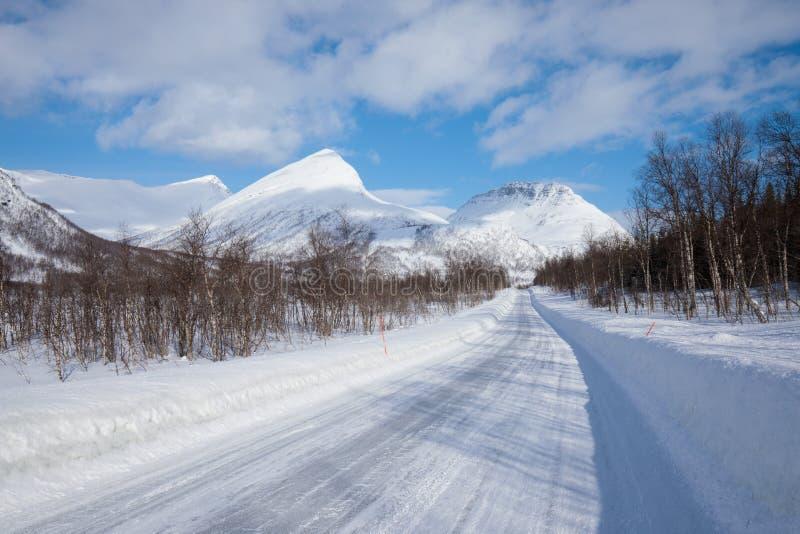 Ny snö på det Troms länet efter en kort vinter i Maj Ett härligt frostigt landskap i vintervinterlandskap i Norge fotografering för bildbyråer