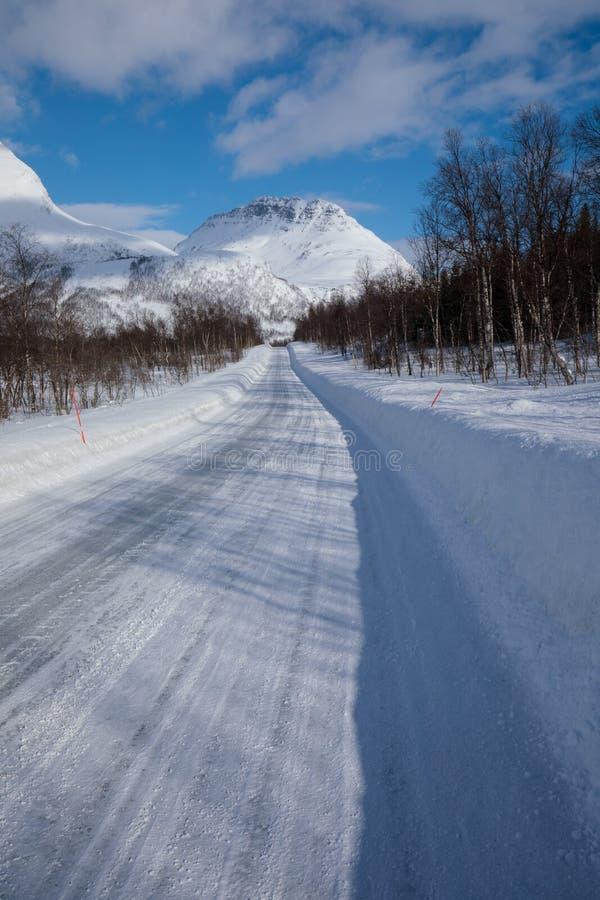 Ny snö på det Troms länet efter en kort vinter i Maj Ett härligt frostigt landskap i vintervinterlandskap i Norge royaltyfria foton