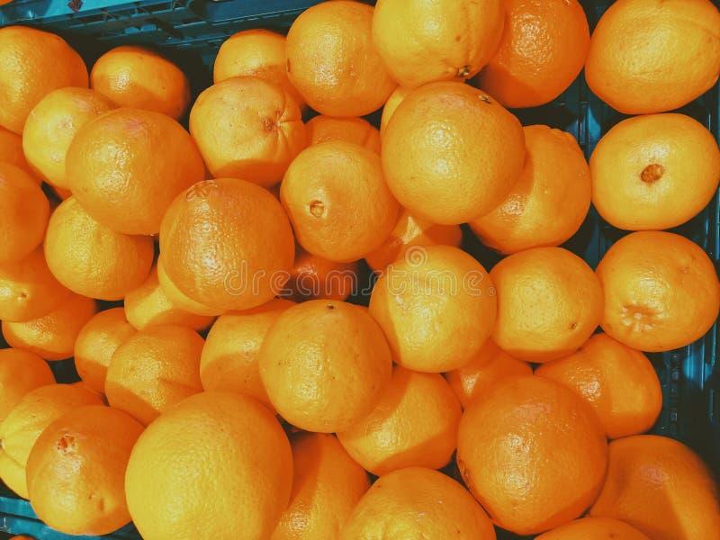 Ny stor apelsin på marknaden som målas från över royaltyfria bilder