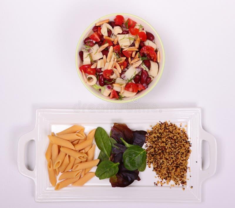 Ny sund grönsakbunke med nytt pasta och korn royaltyfri bild