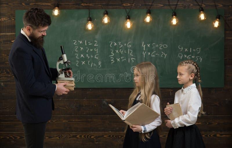 ny teknik ny teknik av skolutbildning flicka på skolakursen med ny teknik ny teknik för fotografering för bildbyråer