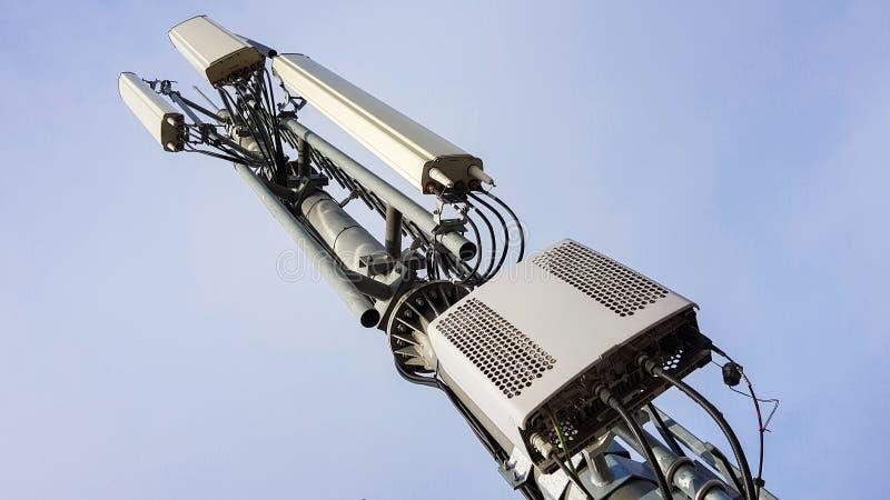 Ny telekommunikationsutrustning f?r n?tverk f?r radio 5G med radioenheter och smarta antenner arkivbilder