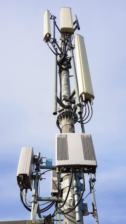 Ny telekommunikationsutrustning f?r n?tverk f?r radio 5G med radioenheter och smarta antenner fotografering för bildbyråer