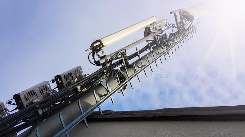 Ny telekommunikationsutrustning f?r n?tverk f?r radio 5G med radioenheter och smarta antenner arkivfoton