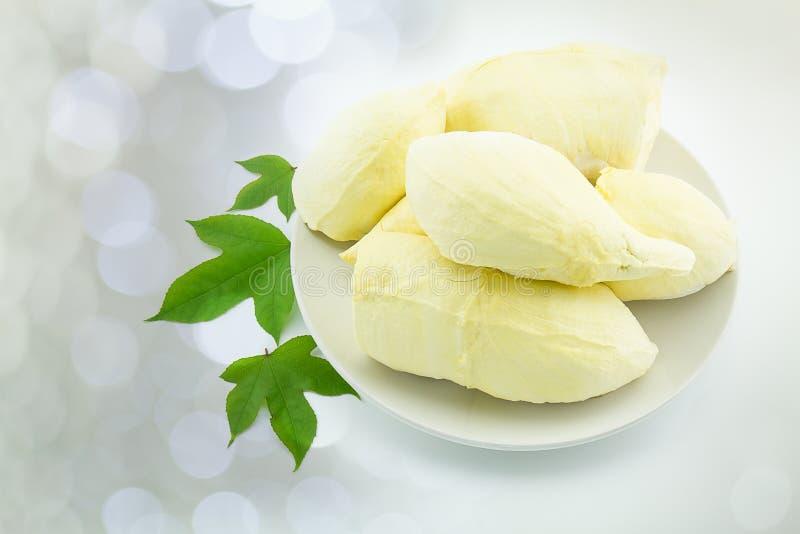 Ny thailändsk frukt, skalad durian, på den vita plattan med sidor på b arkivbilder
