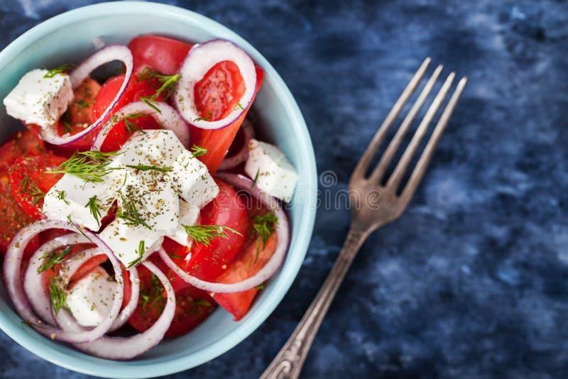 Ny tomat-, lök- och fetasallad arkivbilder