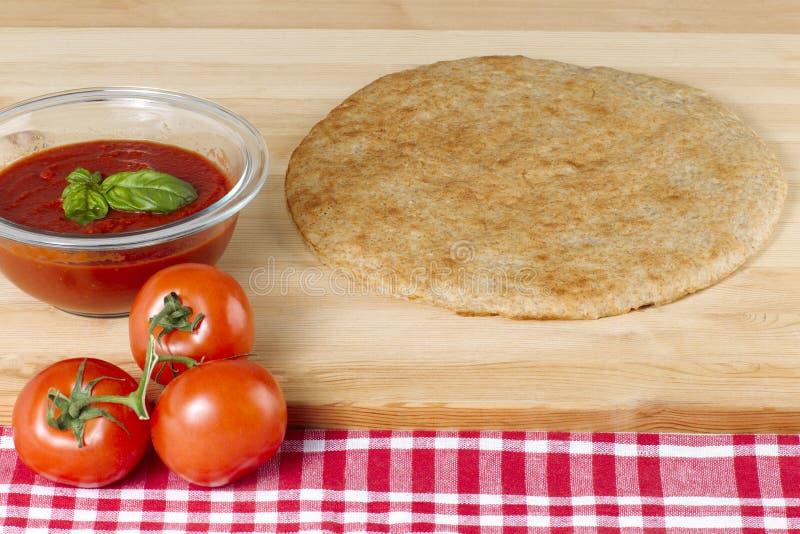 Ny tomater för pizzadeg och tomatsås royaltyfria foton