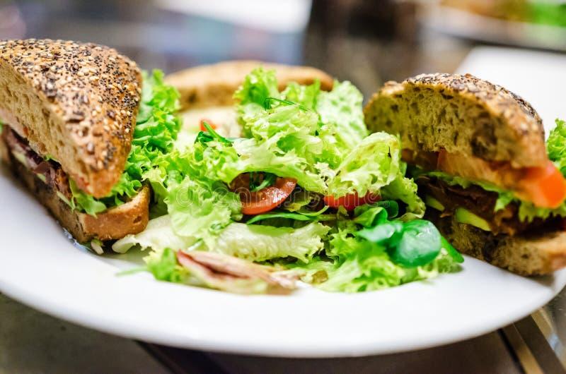 Ny torkad tomater och avokadosmörgås arkivfoto