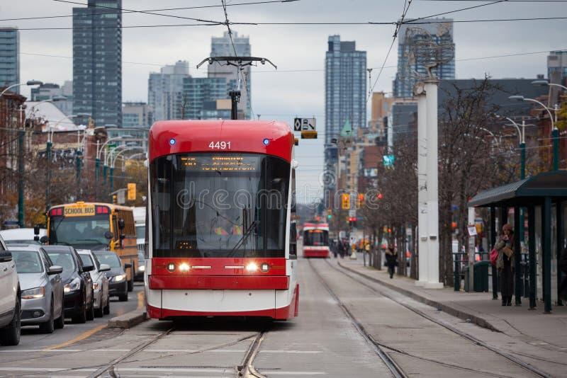 Ny Toronto spårvagn på ett spårvagnstopp på den Spadina avenyn, i stadens centrum Toronto, Ontario Det är ett av symboler av offe arkivfoto
