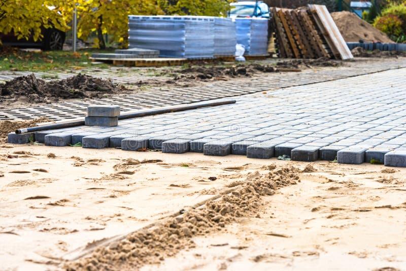 Ny trottoar av stenläggningtjock skiva, ny gata som stenläggas royaltyfri bild