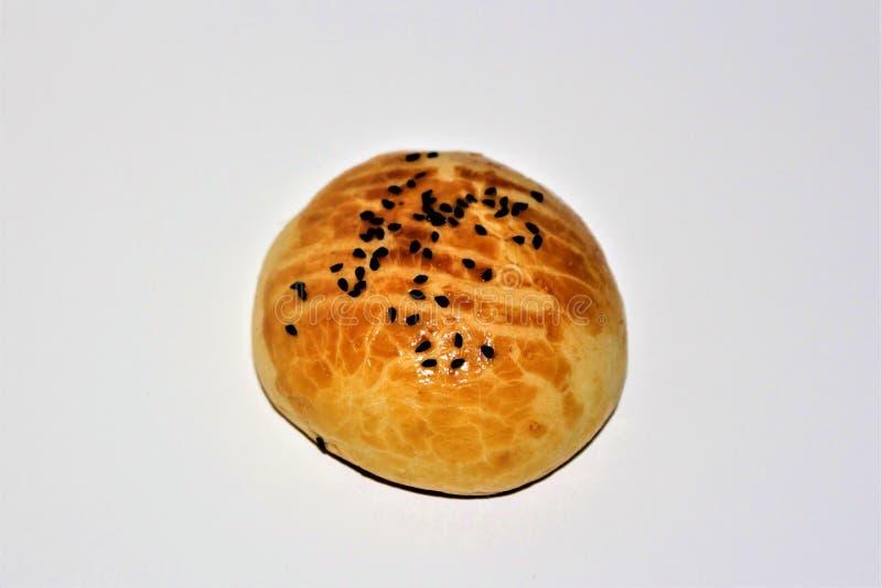 Ny turkisk borek, ny bakelse, nytt bageri, mat som isoleras på vit bakgrund, läcker frukost, smaklig mat arkivfoto