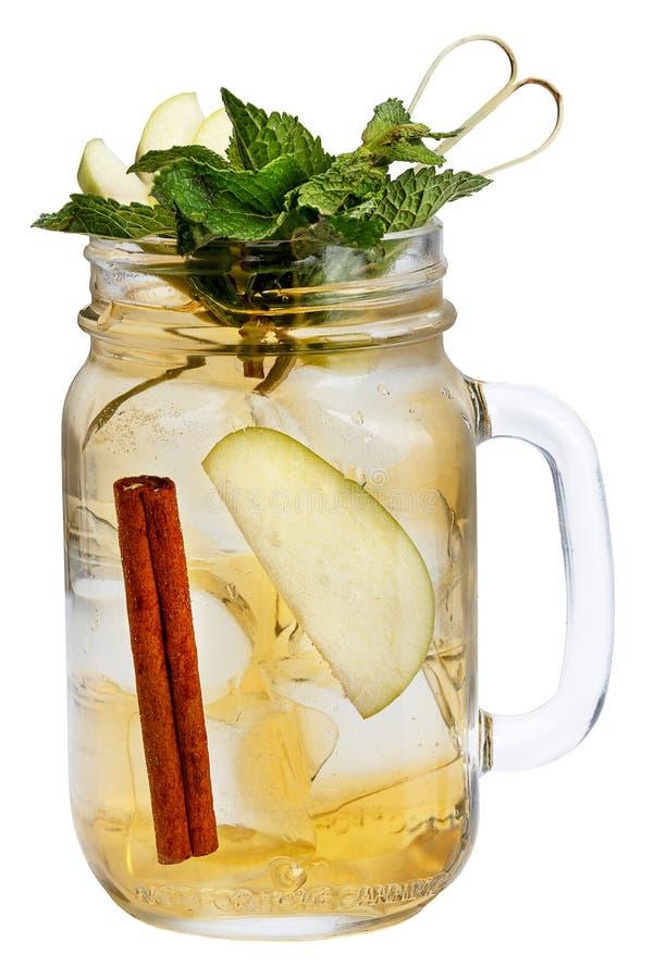 Ny uppfriskande drink med iskuber i murarekrus med äpplet, kanel och mintkaramellen Sommardrink på vit bakgrund arkivbilder