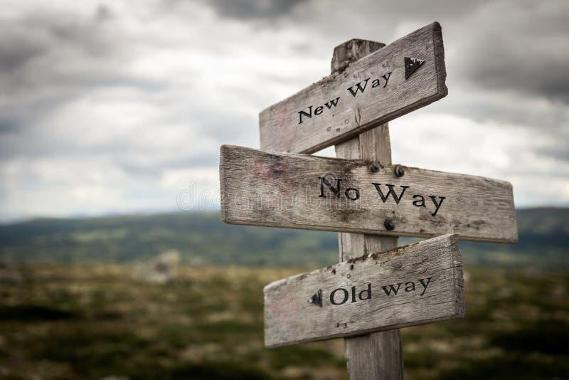 Ny väg, ingen väg, trävägvisaredet fria för gammal väg i natur royaltyfria bilder