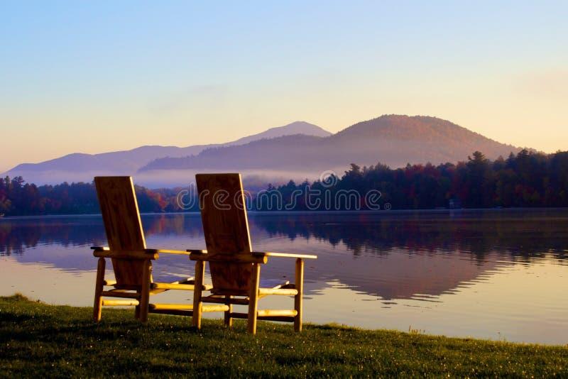 NY van het de Spiegelmeer van Adirondackstoelen stock afbeelding