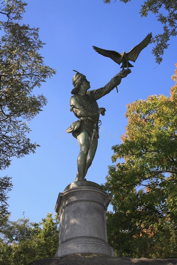 NY van het het standbeeldCentral Park van de Valkenier stock foto's