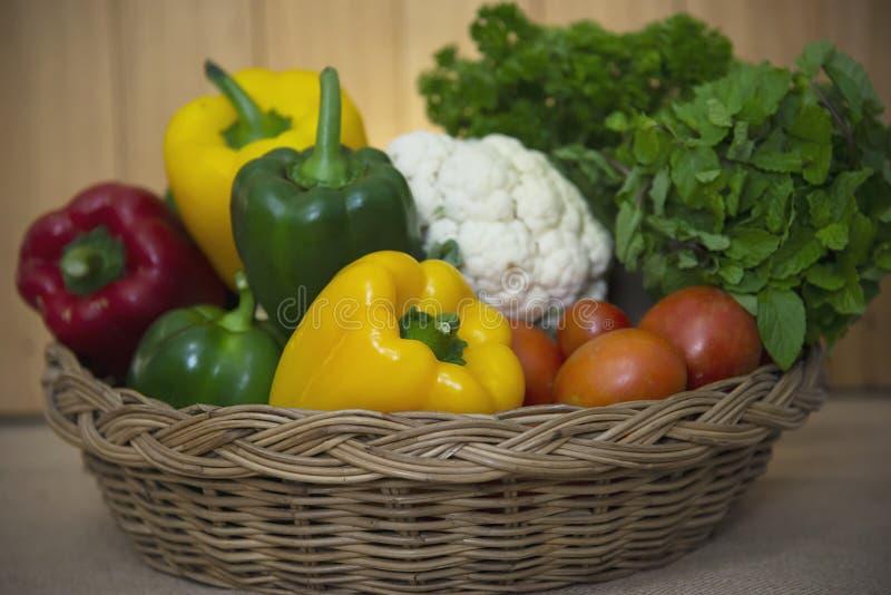 Ny variationsgrönsakkorg som är klar att lagas mat i köket arkivfoto