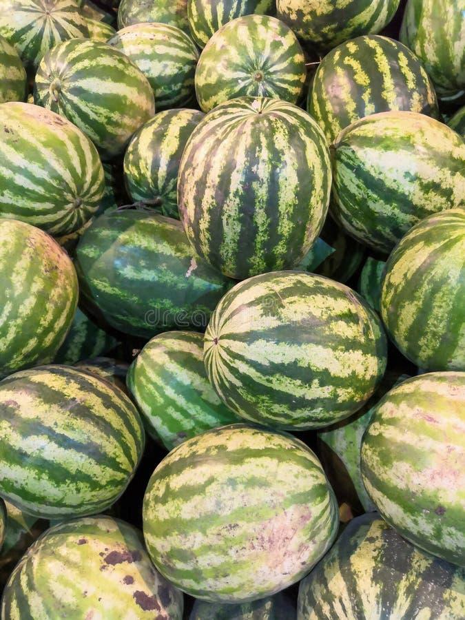 Ny vattenmelonbakgrund i fruktmarknaden arkivfoto