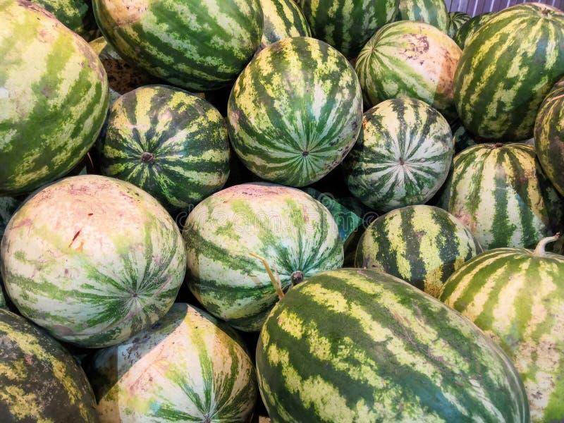 Ny vattenmelonbakgrund i fruktmarknaden arkivbilder