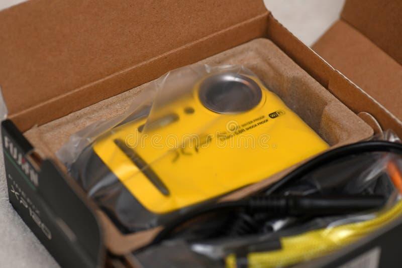 Ny vattentät kamera i ask fotografering för bildbyråer