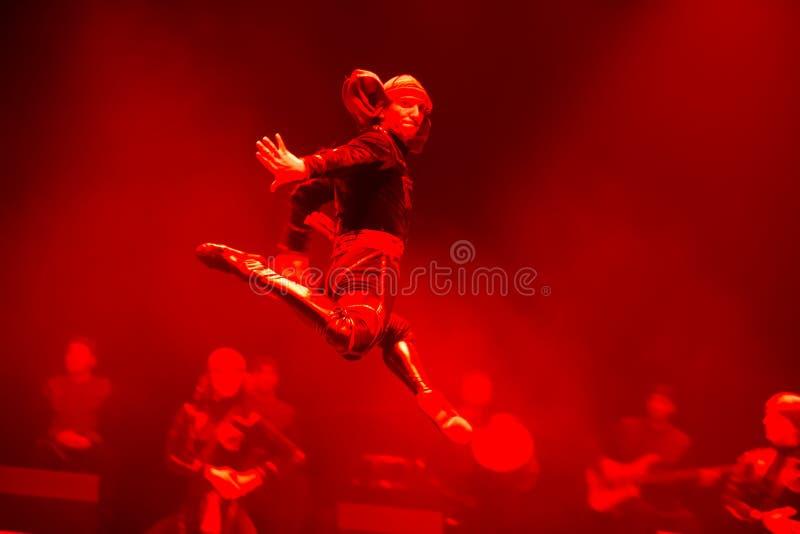 Ny vinge Anförande av den nationella georgiska baletten Sukhishvili Den georgiska dansaren hoppade royaltyfri bild