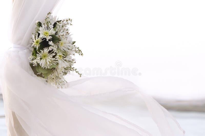 Ny vit blommar som bröllopgarnering på strand arkivbild