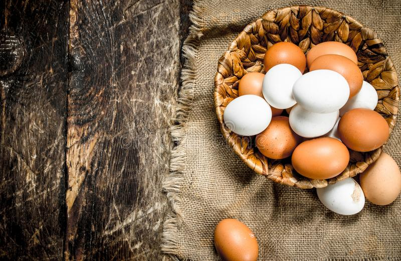 nya ägg i en korg arkivbilder