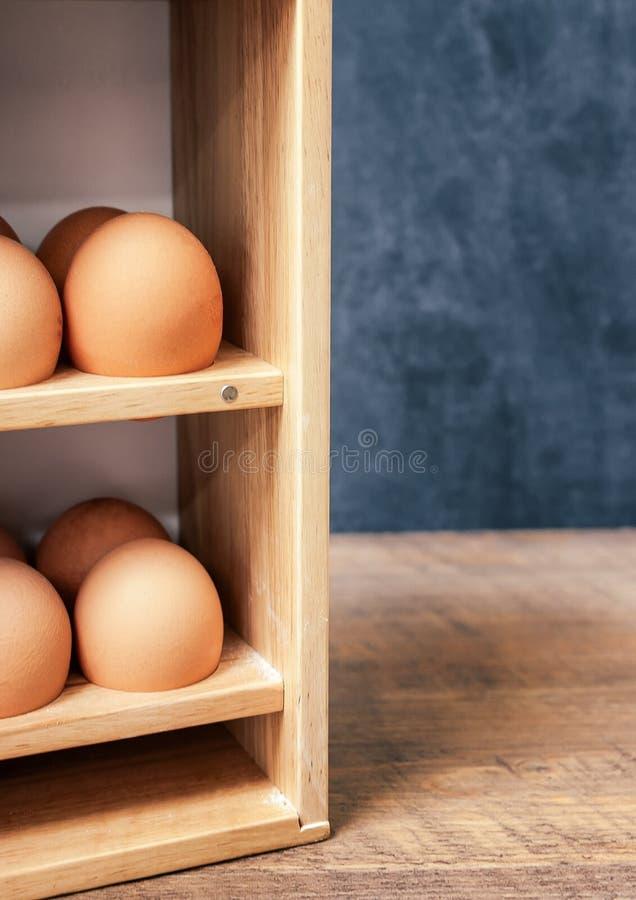 Nya ägg i träask royaltyfri bild