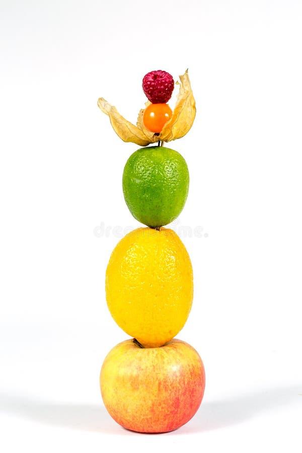 Nya äpple, citron, limefrukt, physalis och hallon på vit bakgrund arkivbild
