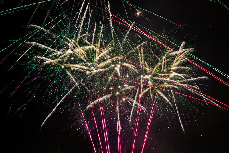 Nya år färgrikt fyrverkeri för helgdagsafton arkivfoto