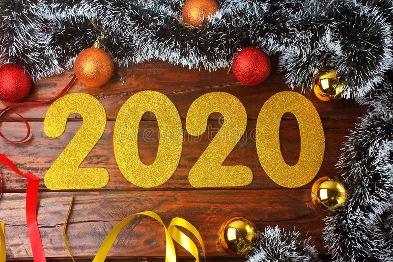 2020 nya år guld- nummer på den utsmyckade lantliga trätabellen i festlig beröm arkivfoto