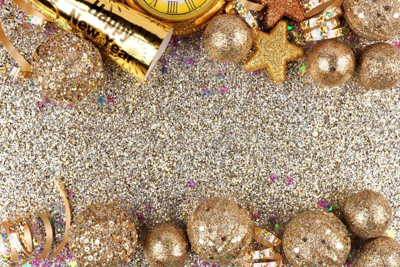 Nya år helgdagsaftondubblettgräns över en glittery bakgrund arkivbilder