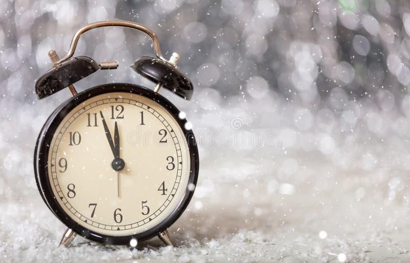 Nya år helgdagsaftonnedräkning Minuter till midnatt på en tappningringklocka arkivbilder