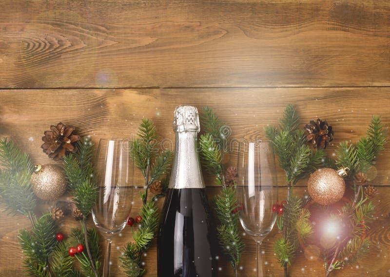 Nya år julberömbakgrund med par av vinglas och flaskan av Champagne Christmas New Year Card grangarnering arkivfoton