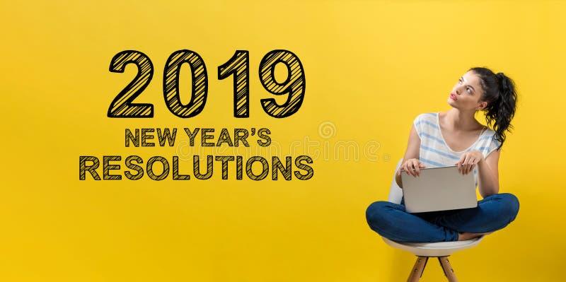 2019 nya år upplösningar med kvinnan som använder en bärbar dator royaltyfri bild