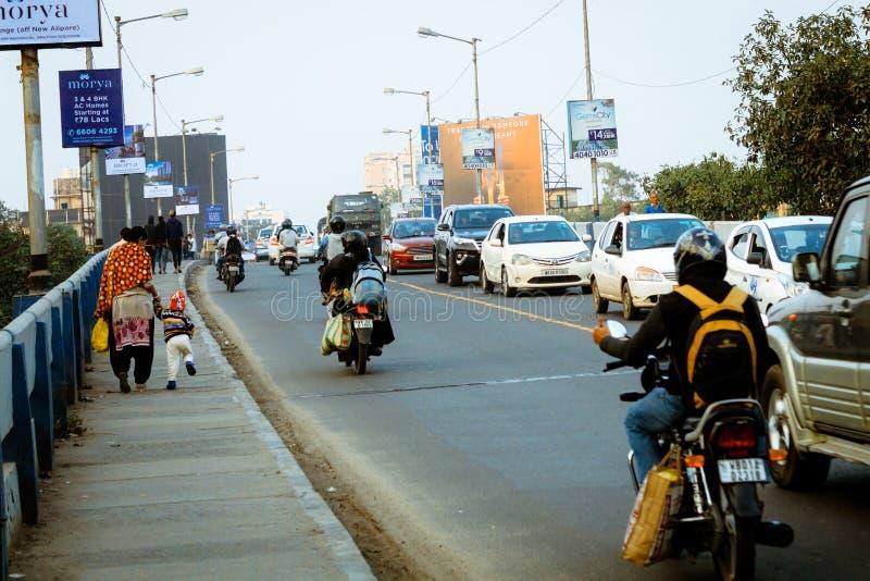 Nya Alipore, Kolkata: Aftontrafik i staden, bilar på huvudvägvägen, trafikstockning på gatan efter stupat av royaltyfri bild