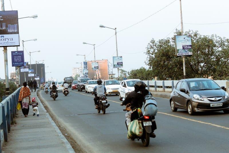 Nya Alipore, Kolkata, 20 December: Aftontrafik i staden, bilar på huvudvägvägen, trafikstockning på gatan efter stupat av royaltyfri bild
