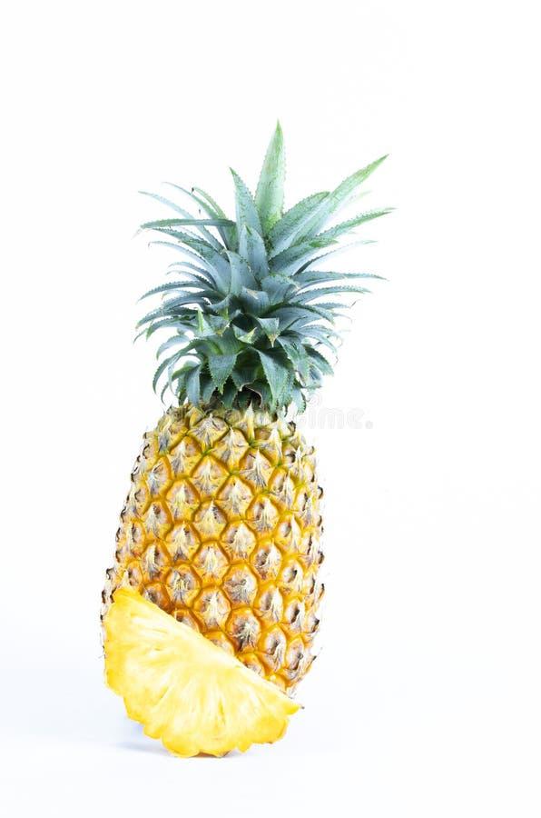 Nya ananasfrukter som skivas som isoleras på vita bakgrunder royaltyfri fotografi