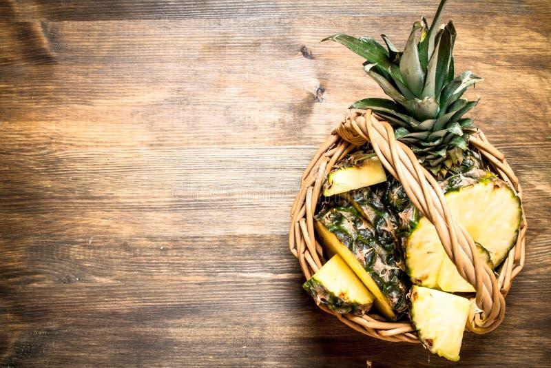 Nya ananors i korgen royaltyfri bild