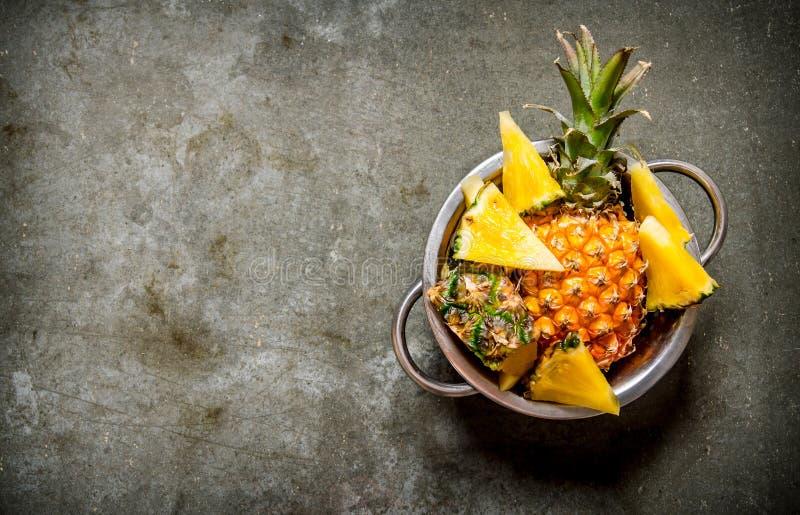 Nya ananors i pannan På stentabellen royaltyfri bild