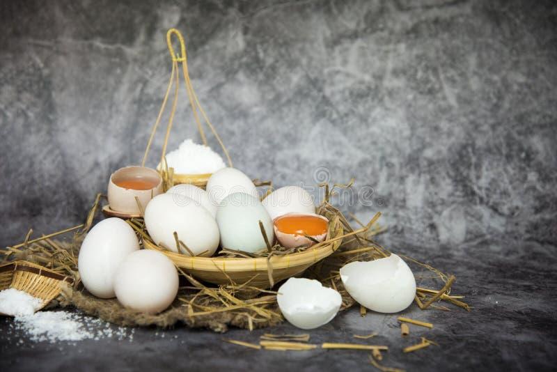 Nya andägg i sugrör och att salta på en korg för framställning av rimmade ägg för barn, äggbevarande broken ?gg ?ver white royaltyfri fotografi