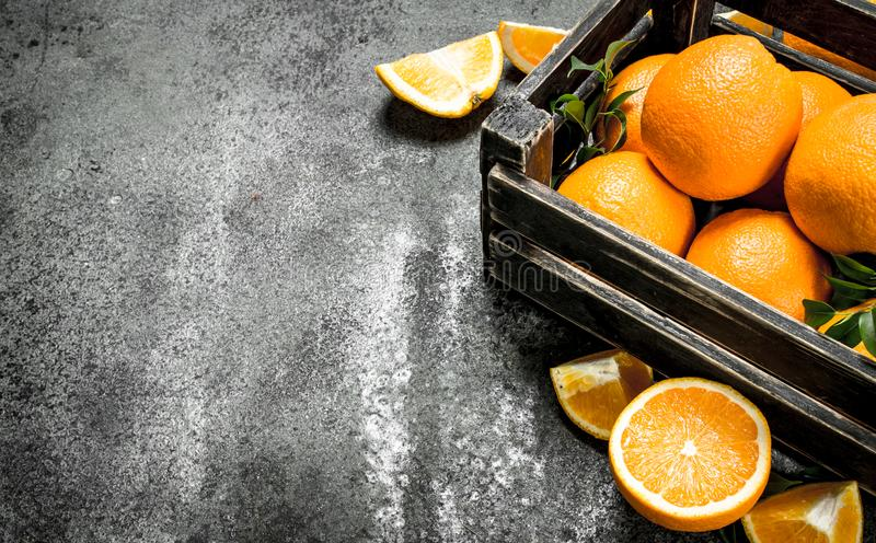 Nya apelsiner i en ask arkivfoton
