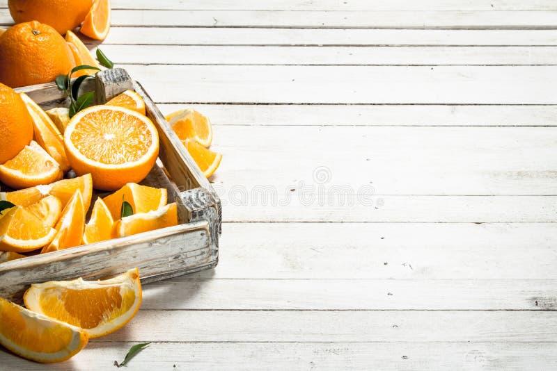 Nya apelsiner i en ask arkivbild