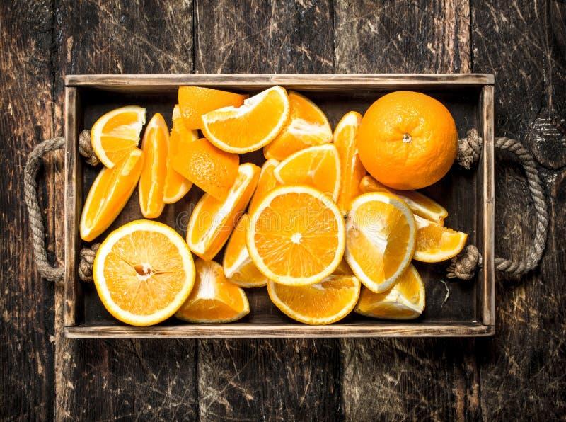 Nya apelsiner på ett magasin arkivfoto