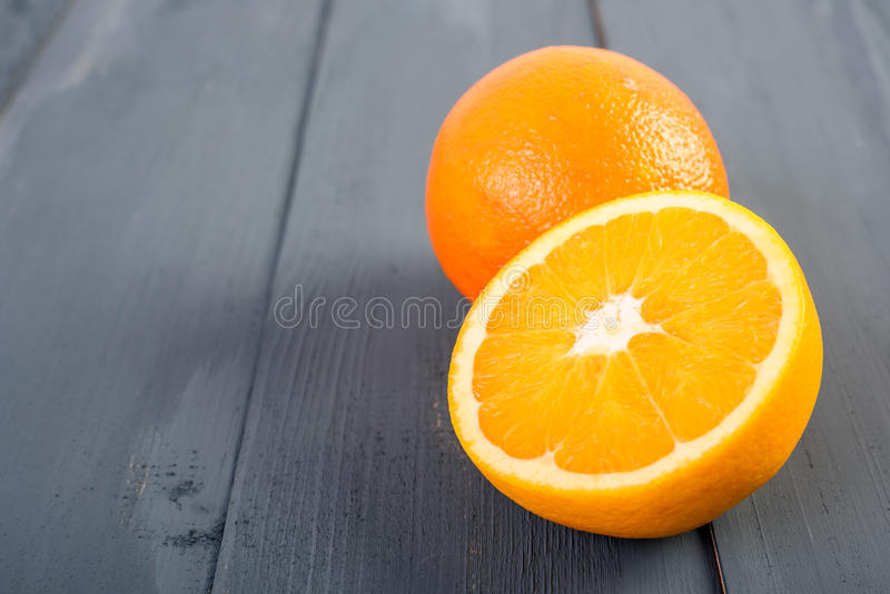 Nya apelsiner på tabellen arkivbild