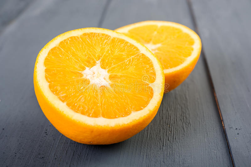 Nya apelsiner på tabellen arkivbilder