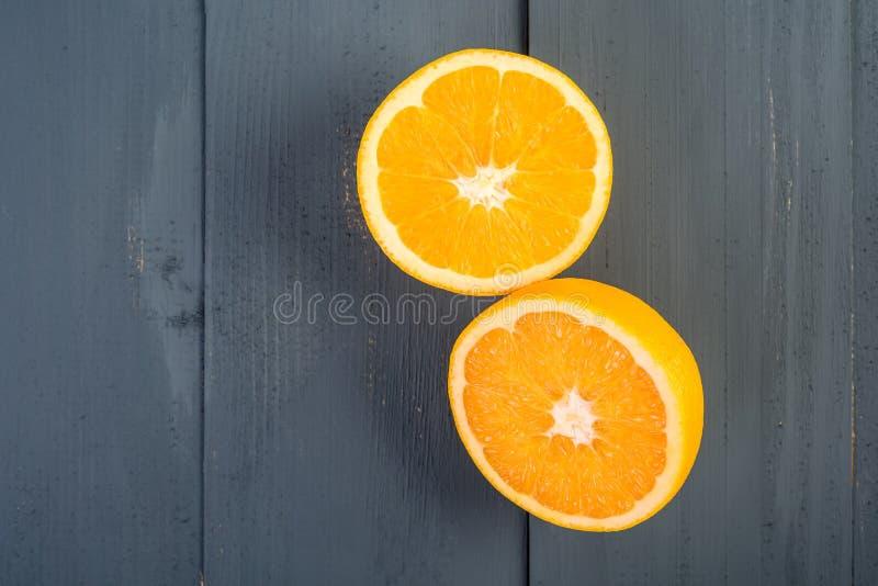 Nya apelsiner på tabellen royaltyfri foto