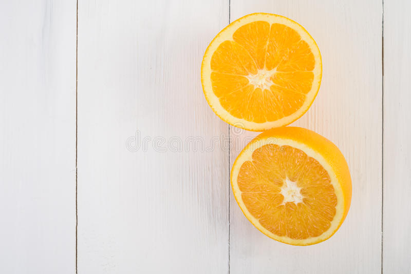 Nya apelsiner på tabellen royaltyfria bilder
