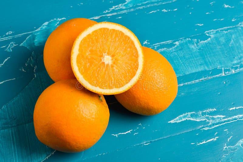 Nya apelsiner på träblå turkos arkivbild